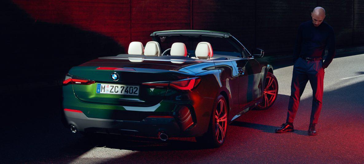 BMW 4er Cabrio G23 2020 Sanremo Green metallic Dreiviertel-Heckansicht mit Heckleuchten