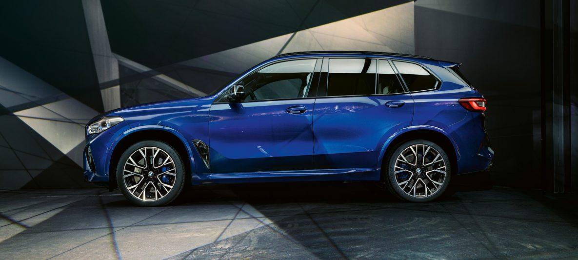 BMW X5 M Competition mit M Leichtmetallrädern F95 Marina Bay Blau metallic Seitenansicht