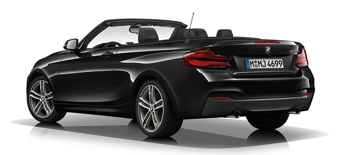 BMW M240i Cabrio von links hinten mit offenem Verdeck