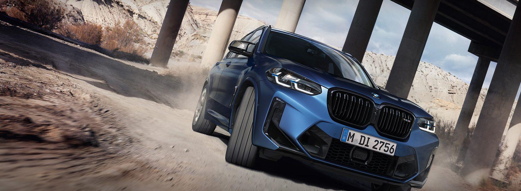 BMW X3 M Competition F97 LCI Facelift 2021 Frozen Marina Bay Blau metallic Dreiviertel-Frontansicht fahrend