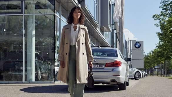 BMW Service Inclusive Frau vor BMW Autohaus